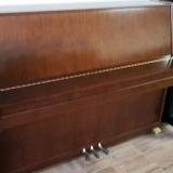 piano acústico de madeira